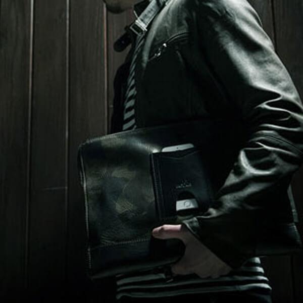 モブリス Camo Leather Clutch Bag