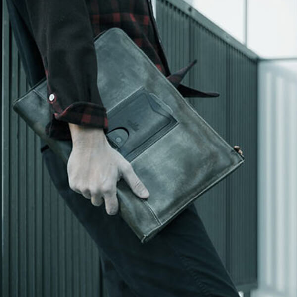 モブリス Wax Leather Clutch Bag