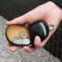 小さいながら、立体的な作りで、100円玉で20枚程の収納が可能です。